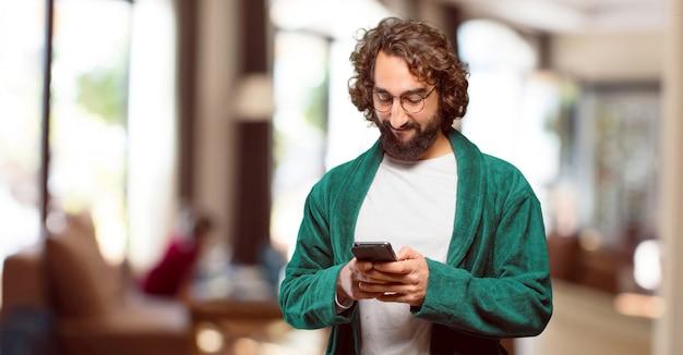 Młody człowiek ubrany w strój kąpielowy noc z inteligentnego telefonu