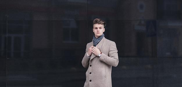 Młody człowiek ubrany w ubranie na ulicy. skopiuj miejsce