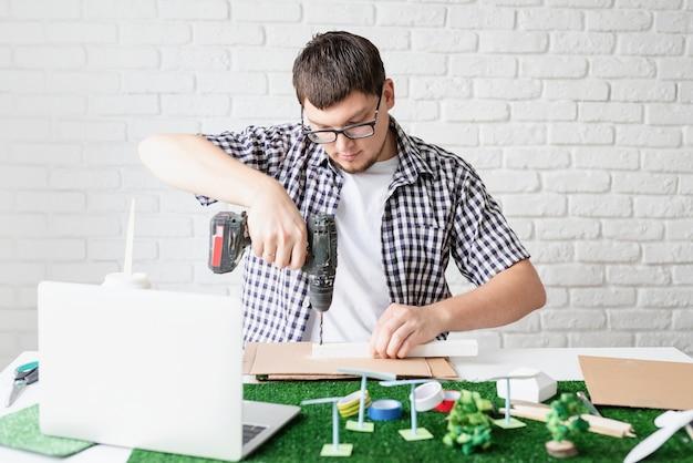 Młody człowiek uczynił manekina projektu energii odnawialnej online