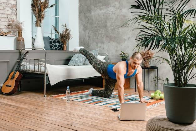 Młody człowiek uprawia sport w domu