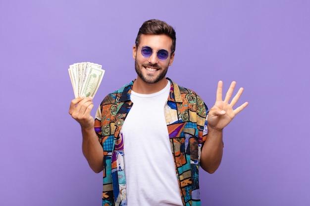 Młody człowiek uśmiechnięty i wyglądający przyjaźnie, pokazujący numer cztery lub czwarty z ręką do przodu, odliczający. koncepcja wakacji