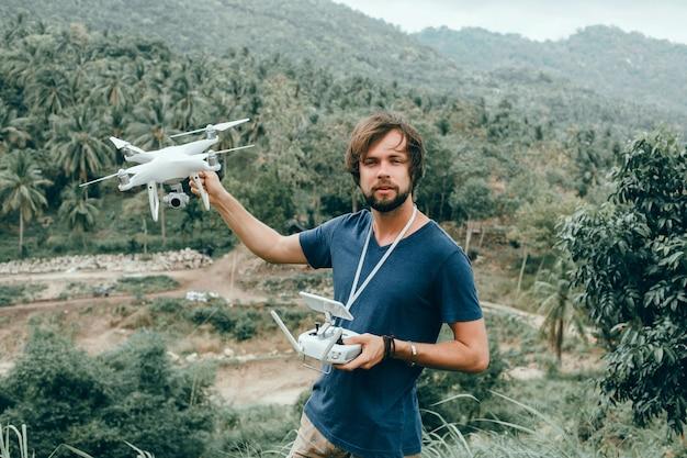 Młody człowiek używa drona,