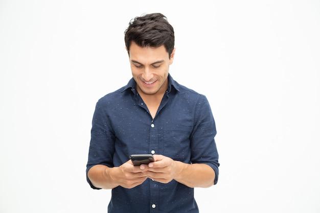 Młody człowiek używa smartphone i otwierający zastosowanie w telefonie