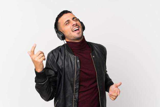 Młody człowiek używa telefon komórkowego z hełmofonami i tanem