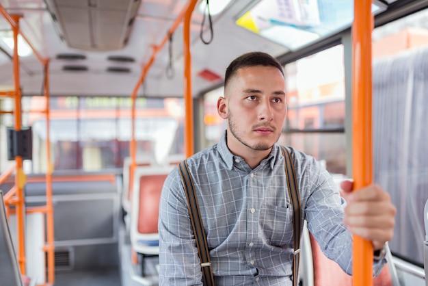 Młody człowiek w autobusie