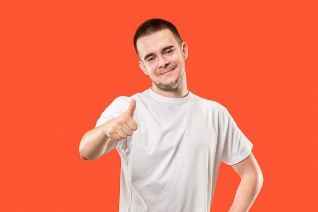 Młody człowiek w białej koszulce daje kciuk do góry