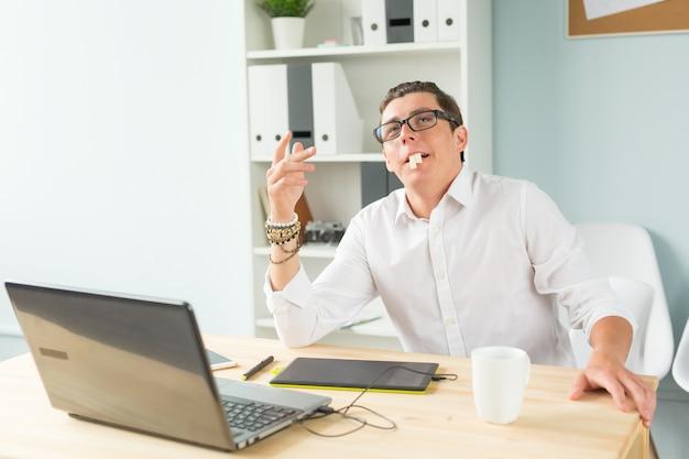 Młody człowiek w białej koszuli zrobić śmieszną minę w biurze
