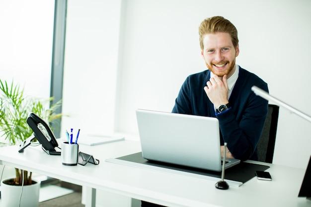 Młody człowiek w biurze