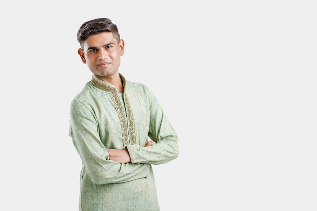 Młody człowiek w etnicznej odzieży i seansu wyrażeniu na bielu