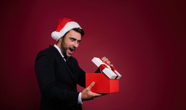 Młody Człowiek W Garniturze I Kapeluszu Santa Premium Zdjęcia