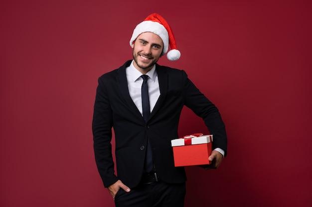 Młody człowiek w garniturze i kapeluszu santa
