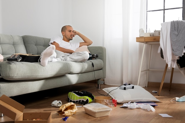 Młody człowiek w izolacji w domu