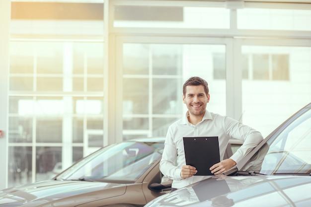 Młody człowiek w koncepcji transportu usługi wynajmu samochodów