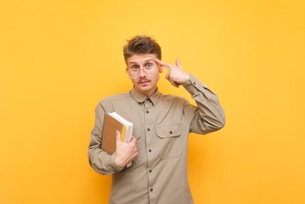 Młody człowiek w koszuli i okularach na białym tle
