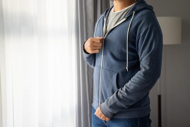 Młody człowiek w kurtce