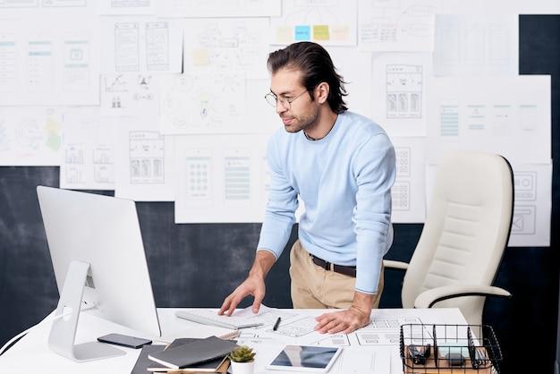 Młody człowiek w miejscu pracy