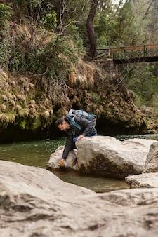 Młody człowiek w naturze w rzece