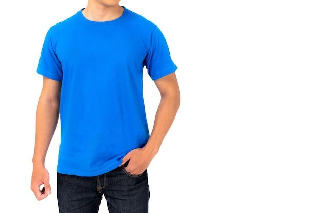 Młody człowiek w niebieskiej koszulce na białym tle na białej ścianie