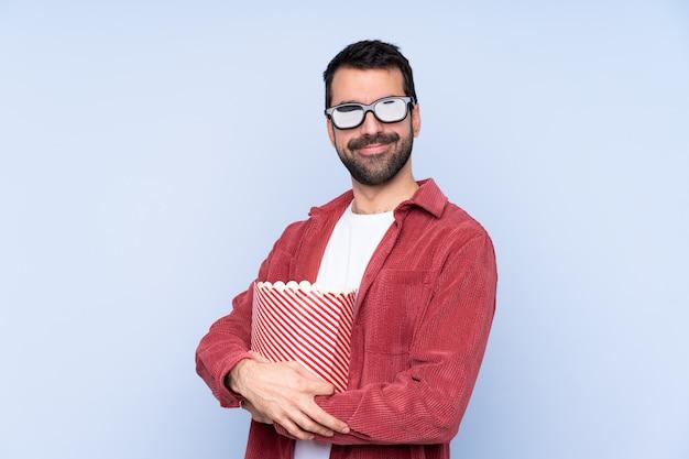 Młody człowiek w okularach 3d i gospodarstwa duże wiadro popcorns