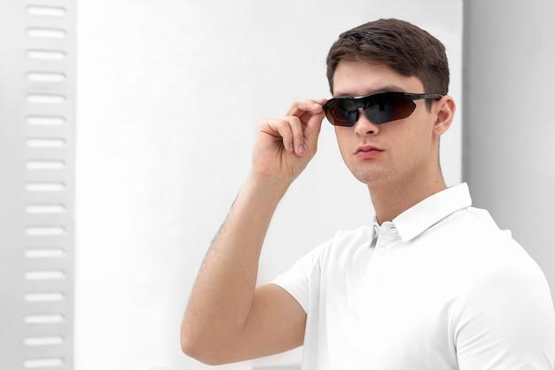 Młody człowiek w okularach cyfrowych