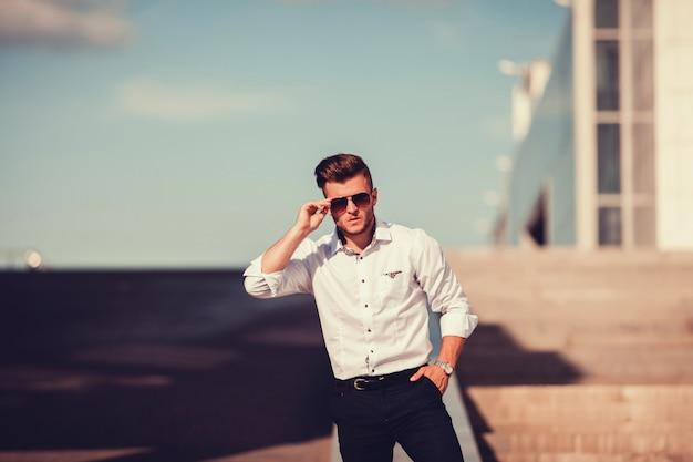 Młody człowiek w okularach przeciwsłonecznych