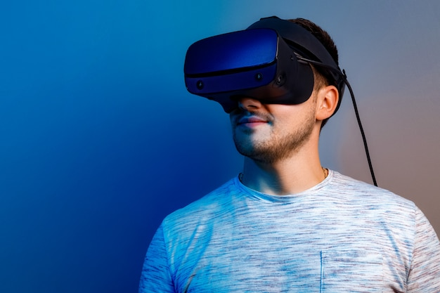 Młody człowiek w okularach rzeczywistości wirtualnej