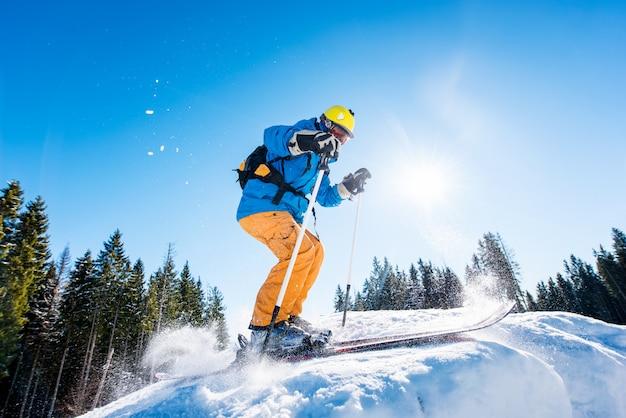 Młody człowiek w ośrodku narciarskim w górach