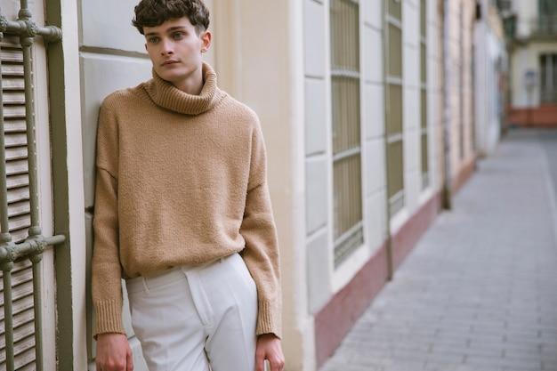 Młody człowiek w przypadkowych ubraniach z przestrzenią
