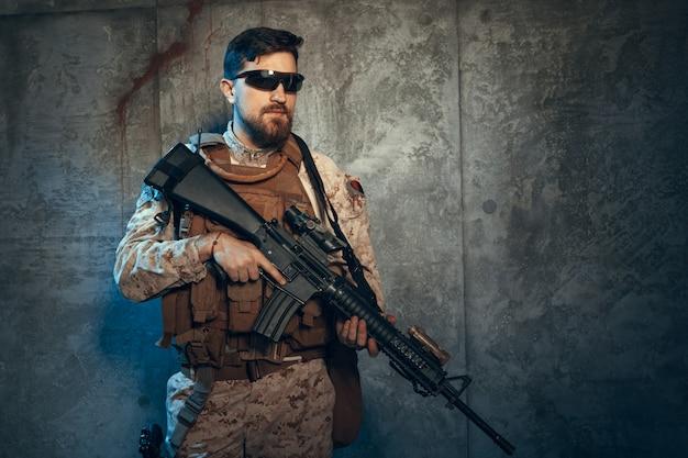 Młody człowiek w stroju wojskowym współczesnego żołnierza najemników