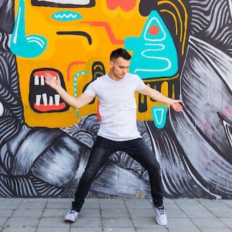 Młody człowiek w stylu hip-hopu