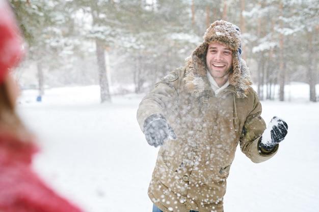 Młody człowiek w walce na śnieżki