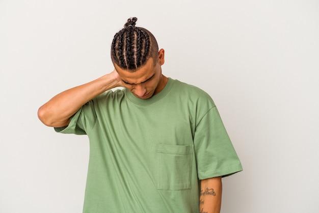 Młody człowiek wenezuelski na białym tle o ból szyi z powodu stresu, masowania i dotykania go ręką.