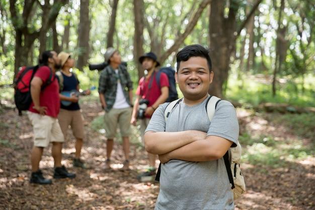 Młody człowiek wycieczkowicz uśmiecha się
