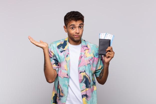 Młody człowiek z ameryki południowej czuje się zdziwiony i zdezorientowany, wątpi, rozważa lub wybiera różne opcje z zabawnym wyrazem twarzy
