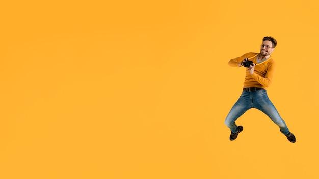 Młody człowiek z aparatu, skoki