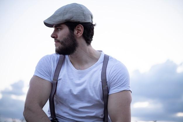 Młody człowiek z beretem błękitne niebo
