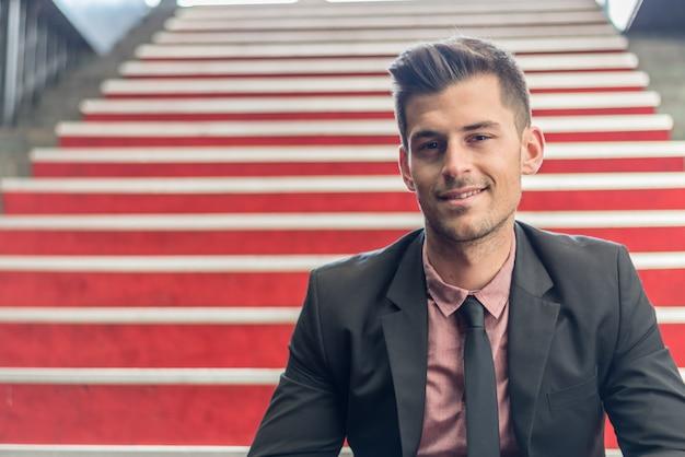 Młody człowiek z bliska uśmiecha się