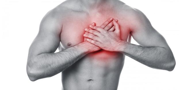 Młody człowiek z bólem w klatce piersiowej