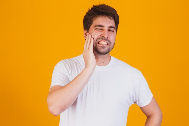 Młody człowiek z bólem zęba młody człowiek z bólem zęba