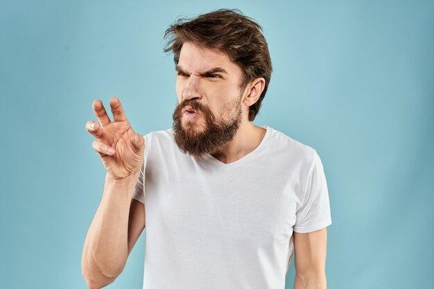 Młody człowiek z brodą w koszulce