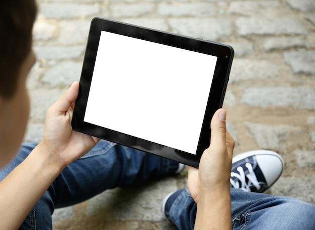 Młody człowiek z cyfrowym tabletem