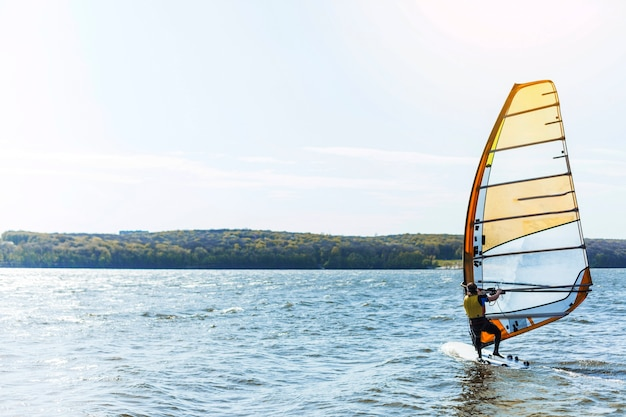 Młody człowiek z deską kitesurfingu