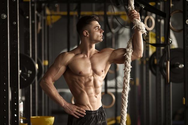 Młody człowiek z doskonałym ciałem po treningu.