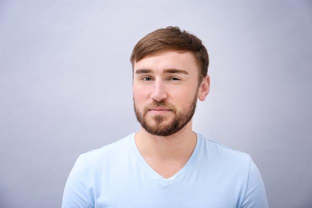 Młody człowiek z farbowanymi brwiami