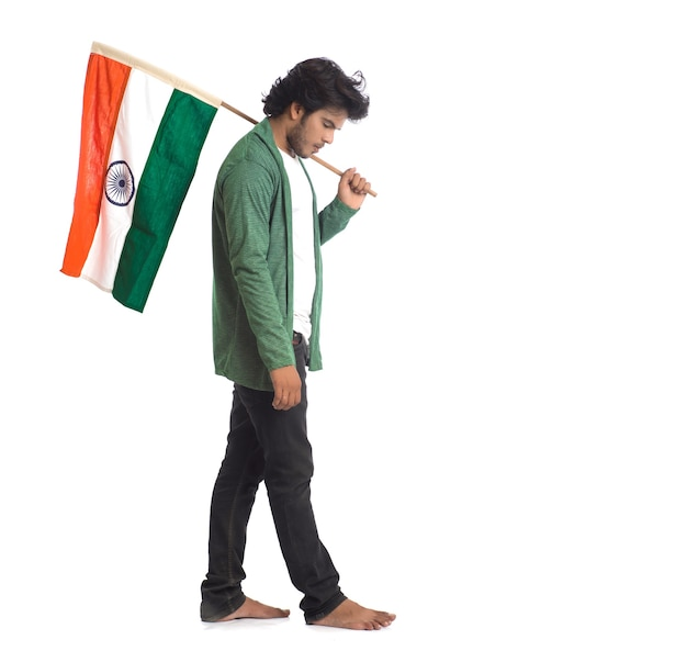 Młody człowiek z flagą indii lub tricolor na białym tle