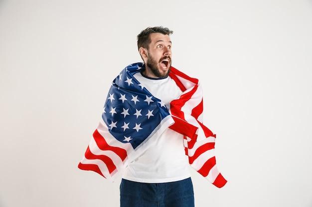 Młody człowiek z flagą stanów zjednoczonych ameryki
