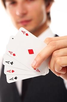 Młody człowiek z grzebak kartami, zamyka up