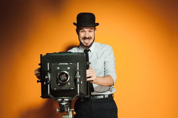 Młody człowiek z kamerą retro
