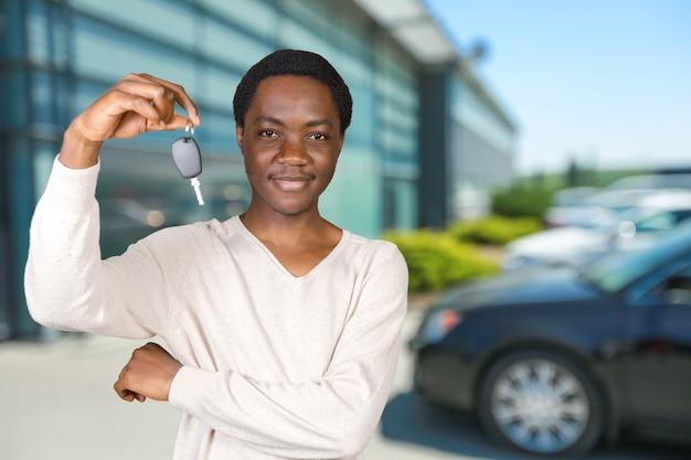 Młody człowiek z kluczami stać