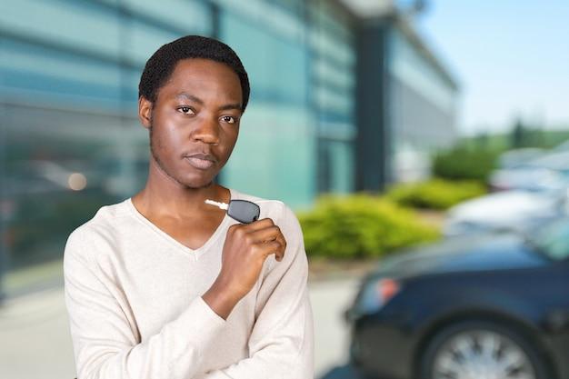 Młody człowiek z kluczami stoi